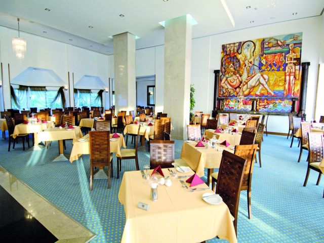 restaurant_at_the_Crown_Resorts_Horizon_Hotel